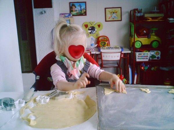 Lison fait des emportes pièces en pâte feuilletée