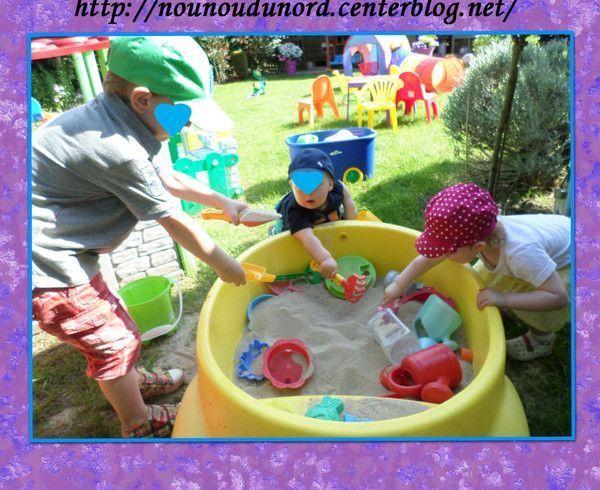 Les enfants adorent jouer au bac à sable