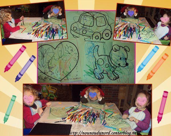 Les enfants font des coloriages