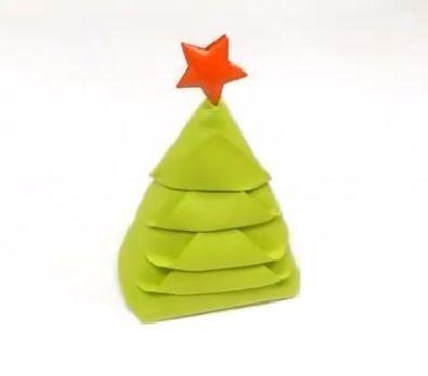 transformez vos serviettes en forme de sapin de Noël.
