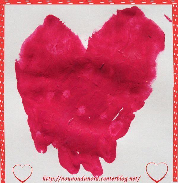 Coeur réalisé avec les empreintes de mains