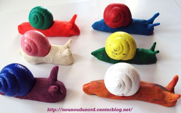 Escargots de couleur en pâte à modeler réalisés par Lison