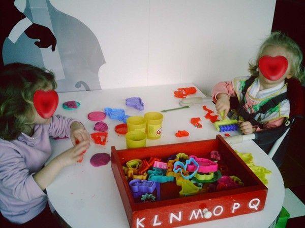 Lison et Axelle jouent à la pâte à modeler