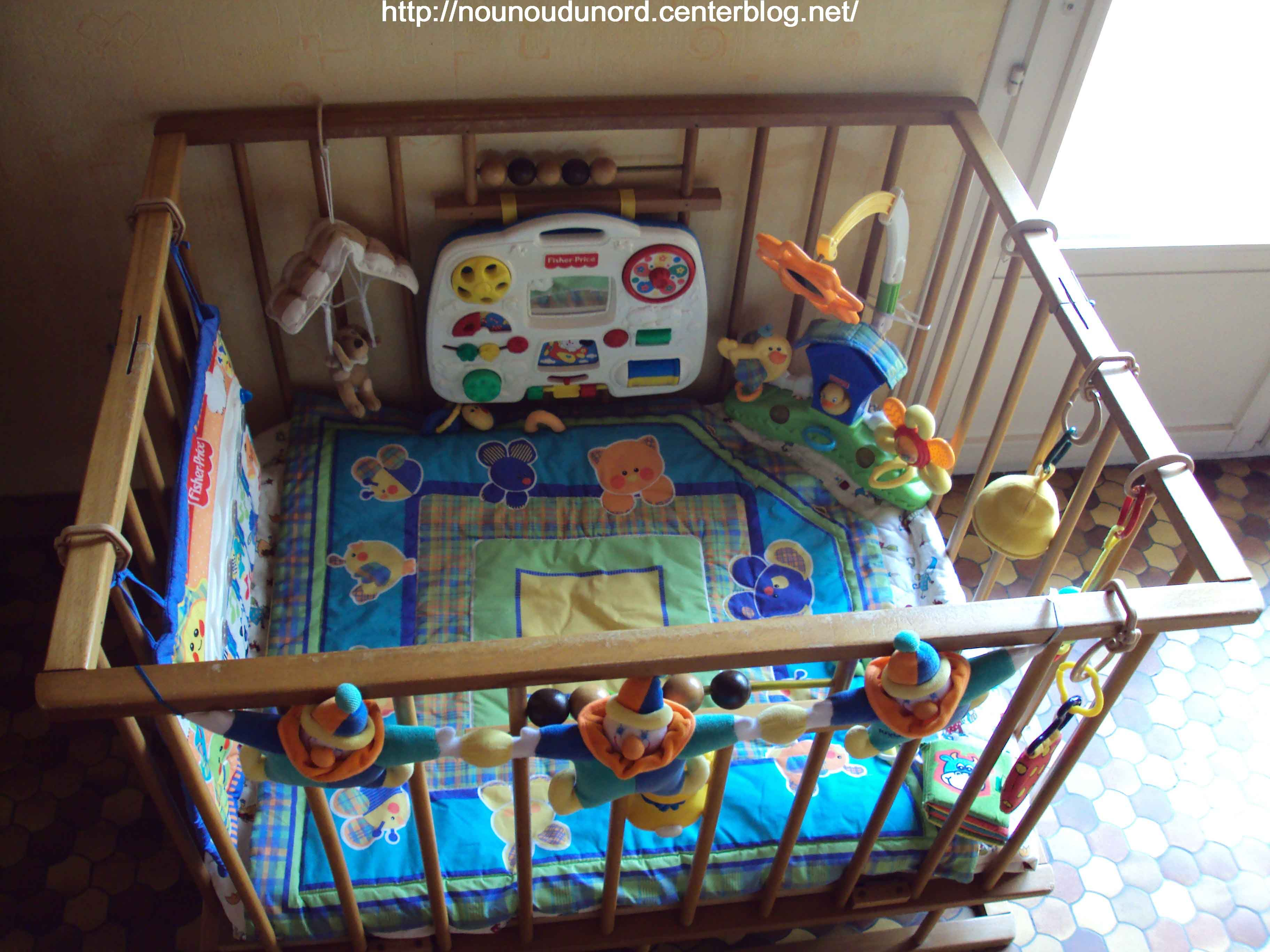 mon parc en bois barreaux pour b b. Black Bedroom Furniture Sets. Home Design Ideas
